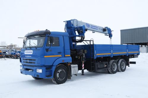 КМА 150-2 кран-манипулятор на бортовом автомобиле КамАЗ-65117 с сертифицированной рабочей поворотной платформой  (±90 градусов, высота подъема до 22 метров), кабина шасси со спальным местом, длина бортовой платформы 6.950 мм, – фото 1